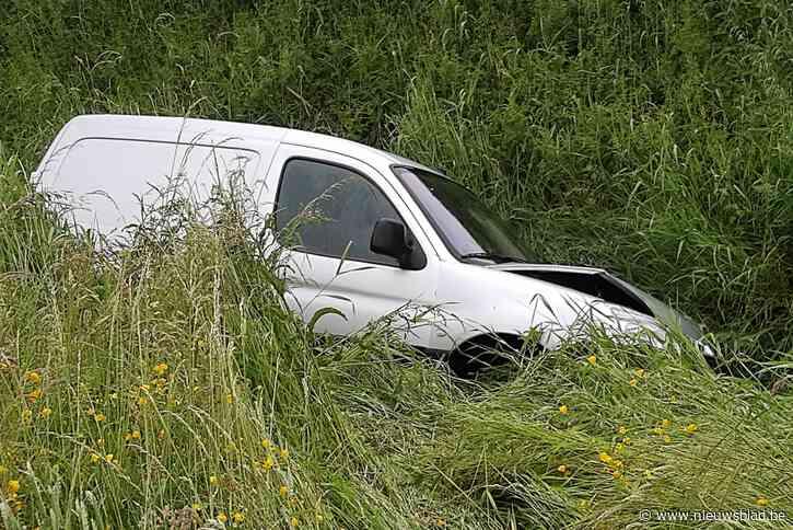 Lange file op E403 nadat auto naast autosnelweg belandt