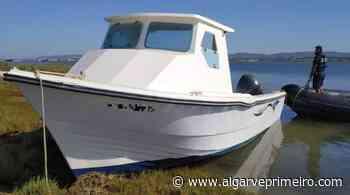 Embarcação encalhada na Ria Formosa fica à guarda da Polícia Marítima - Algarve Primeiro