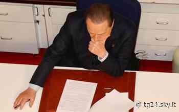 Silvio Berlusconi twitta una sua foto dalla scrivania di Arcore - Sky Tg24