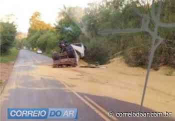 Carreta tomba entre Palotina e Francisco Alves e carga de soja fica espalhada na pista - Correio do Ar