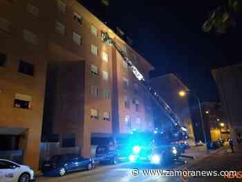 Los bomberos actúan en el rescate y socorro de una mujer que han tenido que trasladar al hospital - Zamora News