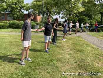 Leerlingen basisschool maken levende verhuisslinger naar nieuwe bib