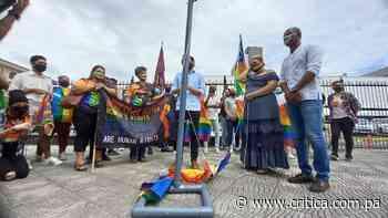 Diputado Silva iza bandera del Orgullo Gay [Video] - Crítica Panamá
