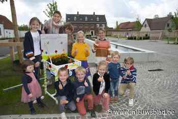 Gepimpte schoolbankjes sieren dorpskernen - Het Nieuwsblad
