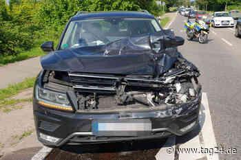 Lkw wartet an roter Ampel, plötzlich kracht ein VW in ihn rein - TAG24