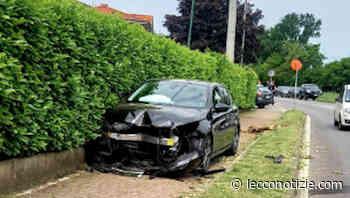 Casatenovo | Dopo lo scontro finisce con l'auto sul marciapiede - Lecco Notizie