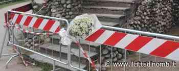 Paderno Dugnano, mazzo di fiori per ricordare il bambino di tre anni morto. E il Comune fa apporre un nastro tricolore - Il Cittadino di Monza e Brianza