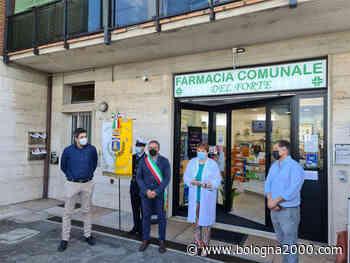 Taglio del nastro per la nuova Farmacia Comunale di Castelfranco Emilia - Bologna 2000