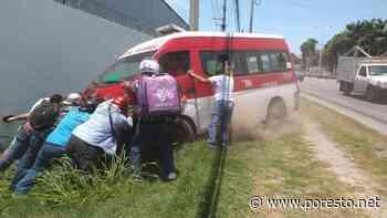 Combi cae a una zanja en Ciudad del Carmen y choca contra un muro - PorEsto