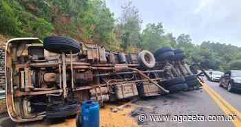 Motorista perde o controle e tomba caminhão carregado com mamão na BR 101 - A Gazeta ES