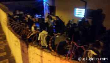 CGM de Araras encerra festa em república de estudantes com mais de 100 pessoas - G1