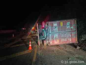 Motorista morre após caminhão tombar em curva da BR-376, em Ortigueira - G1