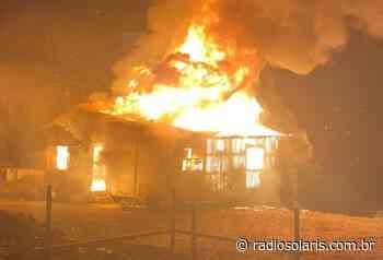 Residência pega fogo no desvio do pedágio, em Flores da Cunha | Grupo Solaris - radiosolaris.com.br