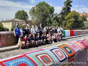 Savignano sul Rubicone: trenta «uncinettine» rivestono il ponte con una coperta colorata - Corriere della Sera