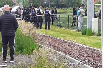 Voetbalsupporters bestormen veld: politie grijpt in