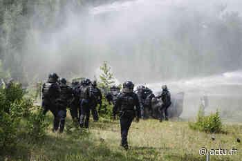EN IMAGES. Pour un exercice, les élèves policiers de Oissel manifestent face à des CRS - actu.fr