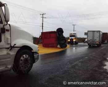 Se vuelca remolque y afecta vialidad en carretera en Vista Hermosa - www.americanovictor.com
