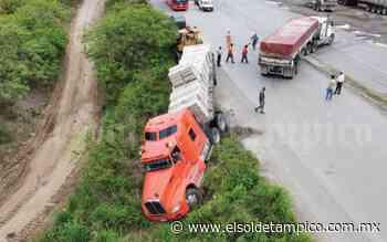 Conductor de tráiler termina en pequeño barranco al intentar dar vuelta en 'U' - El Sol de Tampico