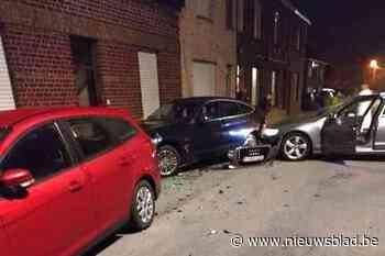 Wagen knalt op geparkeerde voertuigen