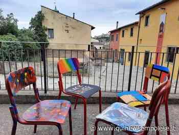 Come una volta, sedie colorate sparse per il paese - Qui News Empolese