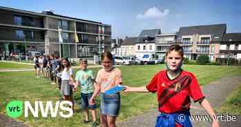 Schoolkinderen verhuizen alle kinder- en jeugdboeken naar nieuwe bibliotheek in As - VRT NWS