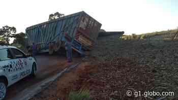 Caminhão carregado com cana-de-açúcar tomba e interdita vicinal em Itapeva - G1