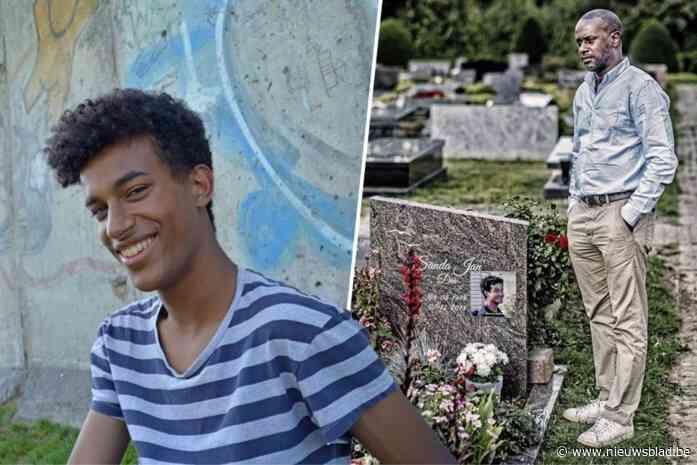 Papa van Sanda Dia voor het eerst oog in oog met groep Reuzegommers die betrokken waren bij dood van zijn zoon