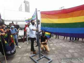 El diputado independiente Gabriel Silva iza la bandera del orgullo gay - El Siglo Panamá