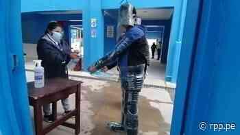 Huancavelica: Ciudadano acude a votar vestido con bidones de agua reciclados - RPP Noticias