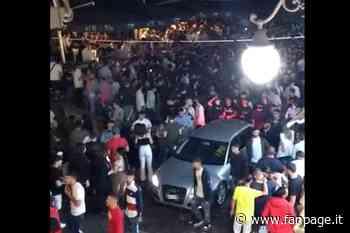 Angri, centinaia di giovani assembrati in piazza fino a notte senza mascherina - Fanpage.it