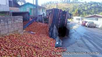 Caminhão carregado de maçã tomba em Bom Jardim da Serra - Agência de Notícias São Joaquim Online