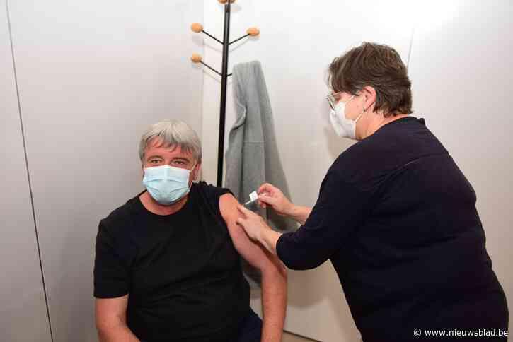 Na beschuldiging van voorsteken in de vaccinatie: burgemeester Patrick Decat (58) krijgt nu pas eerste prik