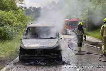 Busje met auto op aanhangwagen brandt uit op N74-afrit naar Eksel<BR />
