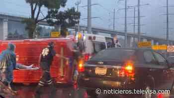 Pavimento mojado provoca volcadura de ambulancia en la México-Toluca - Noticieros Televisa