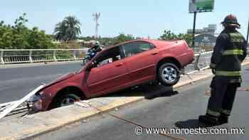 Carro queda colgado del puente de la Colonia El Palmito, en Culiacán - Noroeste