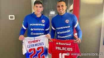 Leiva y Palacios intercambiaron camisetas de la UC e Internacional en concentración de La Roja - AlAireLibre.cl
