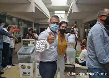 Candidato Juan Arjona, ejerce su derecho al voto - Imagen del Golfo