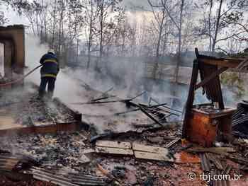 Incêndio destrói casa no interior de Chopinzinho — Grupo RBJ de Comunicação - RBJ