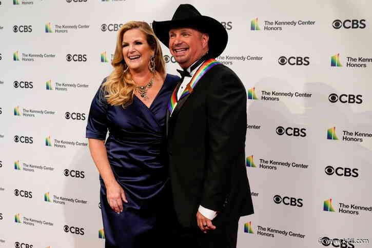 "WATCH: Kelly Clarkson Sing ""The Dance"" And Bring Garth Brooks To Tears   Carina - KFDI"