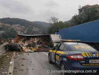 Caminhão carregado com frutas tomba e interdita a Rod. Fernão Dias sentido São Paulo - Jornal Mais Bragança