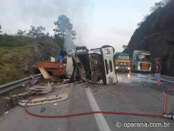 Caminhão carregado com madeira tomba na BR-101, mata casal de ciclistas e dois motociclistas - O Paraná