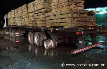 Caminhão sem roda e carregado de madeira é interceptado pela polícia no Alto Vale | NSC Total - NSC Total