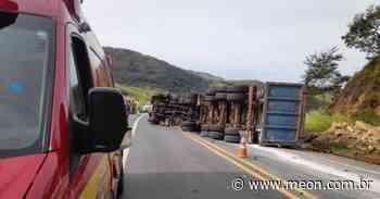Homem de 65 anos fica ferido após tombar caminhão carregado com sucata em Cruzeiro - Portal Meon