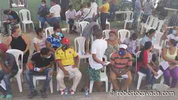 Decenas de personas acuden a vacunarse a la Policlínica Elías Piñeiro   RC Noticias - Roberto Cavada