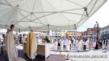 Messa post pandemia in piazza a Mirano, il parroco: «Il Signore non ci ha abbandonati» - La Nuova Venezia