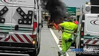 Auto distrutta dalle fiamme mentre è in marcia a Volvera: chiuso parte del raccordo autostradale - TorinoToday