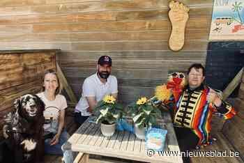 Buikspreker en boomkunstenaar brengen hulde aan Proper Strand Lopers
