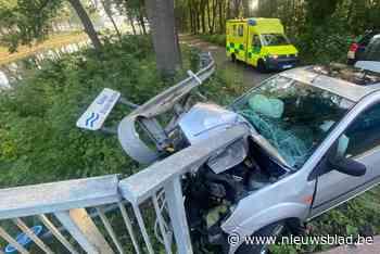 Automobilist rijdt tegen reling van brug in Smeermaas