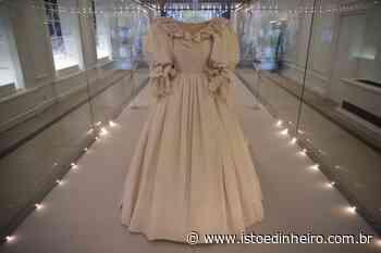 Trajes da realeza britânica, incluindo vestido de casamento de Diana, são exibidos em Londres - Istoé Dinheiro