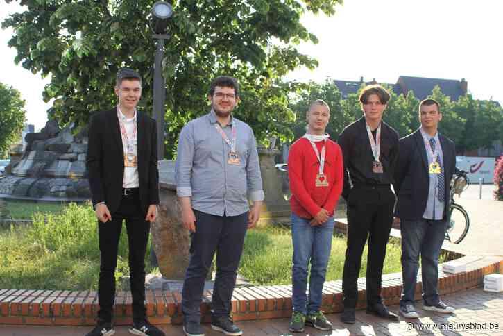 WK-medaillewinnaars G Karate gelauwerd op het gemeentehuis